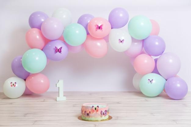 Fantastica torta di compleanno colorata con palloncini pastelli torta a farfalla festa di compleanno per ragazze