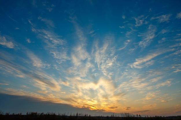 Fantastiche nuvole bianche leggere su un cielo blu, alba