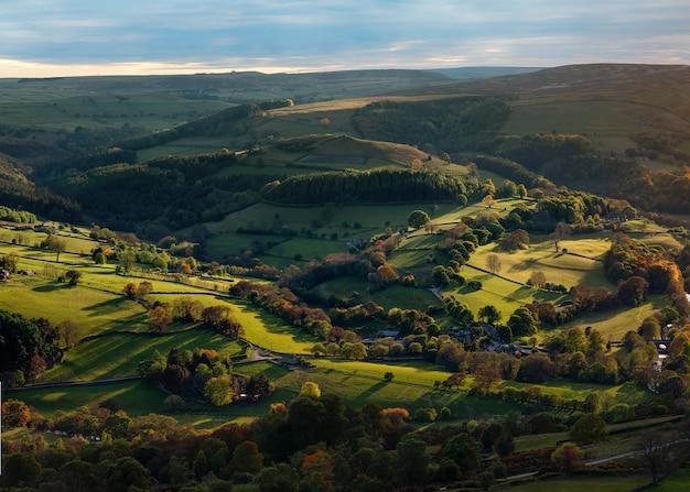 Fantastica vista nel parco nazionale di peak district al tramonto in autunno
