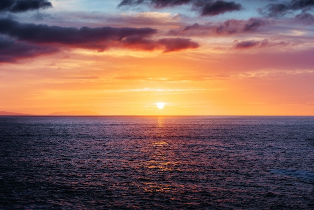 Fantastica vista del cielo al tramonto con nuvole cumuliformi