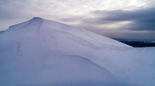 Fantastica vista sulla pista da sci invernale in una soleggiata giornata senza nuvole