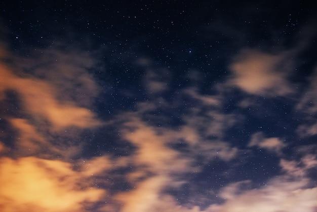 Fantastiche vedute del cielo rosa al tramonto con nuvole