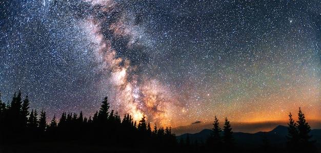 Fantastica pioggia di meteoriti invernali e le montagne innevate