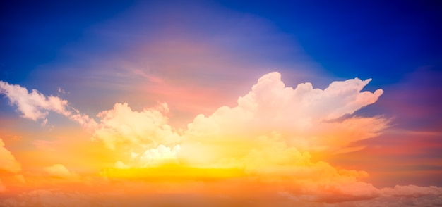 Cielo di fantasia al tramonto e all'alba