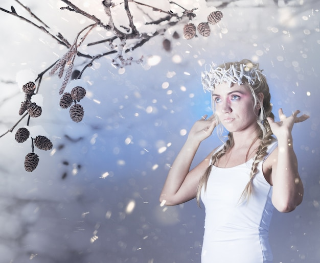 Regina dell'inverno fantasy dalla foresta delle fiabe, trucco di ghiaccio
