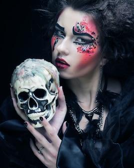 Donna fantasia con teschio. tema di halloween.