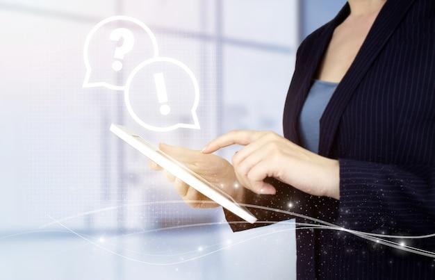 Faq domande frequenti concetto. compressa bianca di tocco della mano con il segno del punto interrogativo dell'ologramma digitale su fondo vago leggero. concetto di supporto aziendale. problemi e soluzioni.
