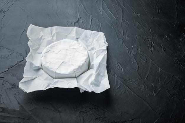 Set camembert al formaggio di fattoria, su fondo nero