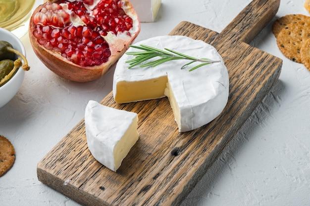 Servizio camembert al formaggio di fattoria, su bianco