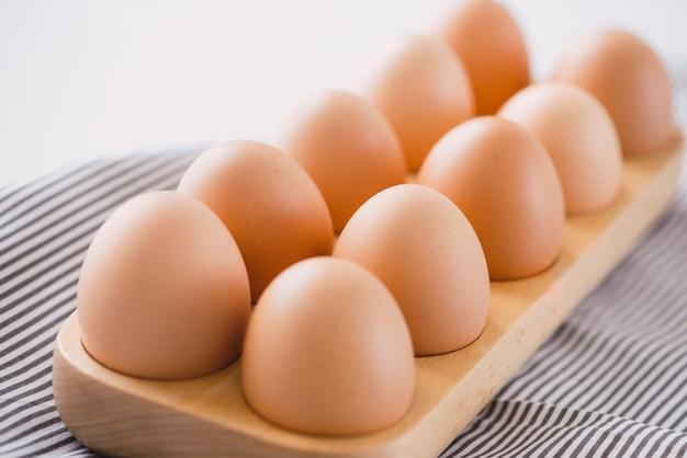 Fattoria uova fresche crude in confezione su tavolo grigio ingrediente per la preparazione della colazione uova strapazzate omelette uovo fritto