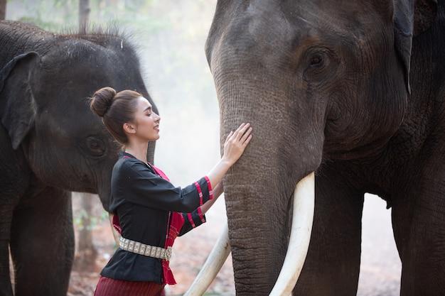 Cultura asiatica contadino ed elefante