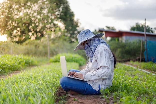 L'agricoltore utilizza un computer portatile in un'azienda agricola