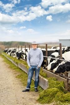 Ritratto di contadino di mucche da fattoria
