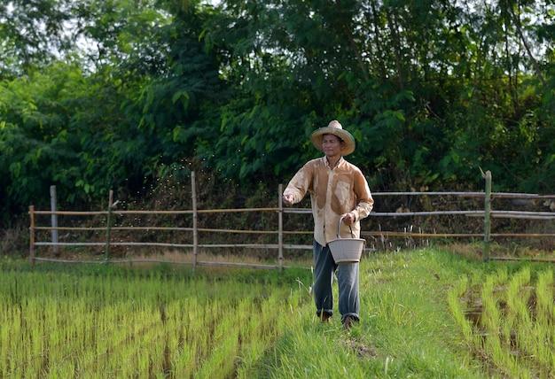 Il contadino che versa fertilizzare