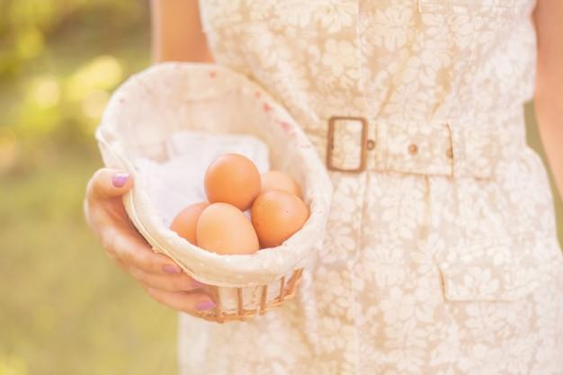 Mani dell'agricoltore che tengono delle uova naturalis