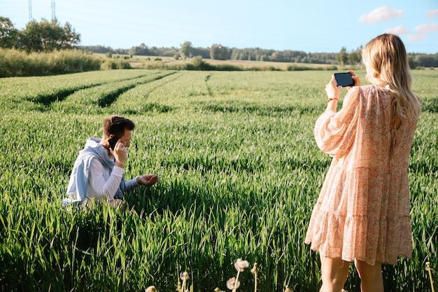 La moglie del contadino registra video su smartphone per i propri social network. concetto di piccola impresa comune