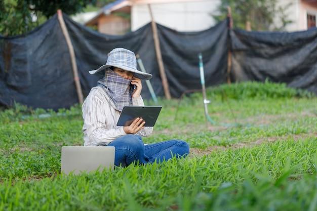 Contadino che utilizza un computer tablet nell'azienda agricola
