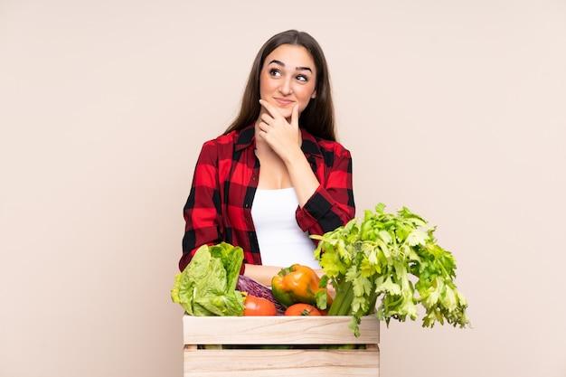 Contadino con verdure appena raccolte in una scatola