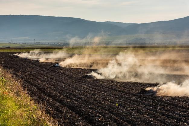 Gli agricoltori bruciano l'erba secca e le stoppie di paglia sui campi in autunno, un'altra causa del riscaldamento globale.