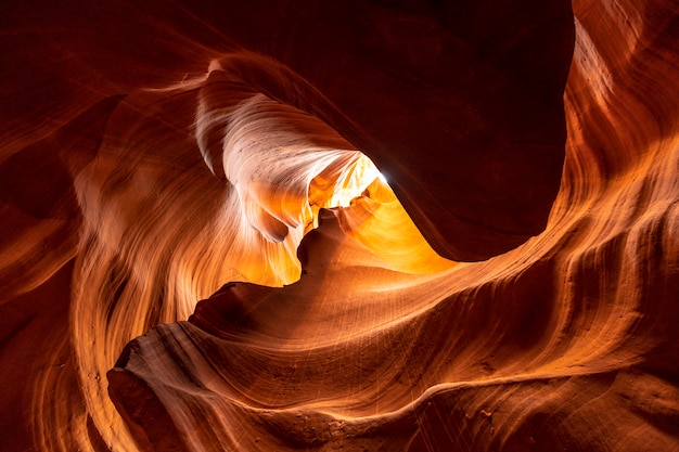 Affascinanti curve di colori nell'upper antelope canyon nella città di page, arizona. stati uniti