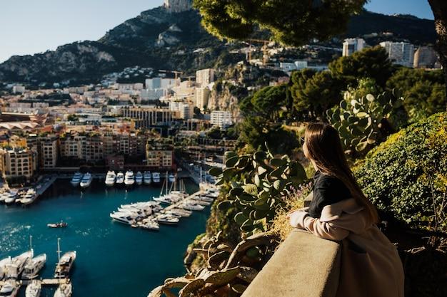 Affascinante signora in piedi al punto di vista e godersi lo splendido skyline di monaco