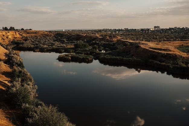 Affascinante lago con splendida vista naturale. immagine panoramica del lago.