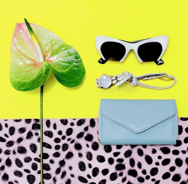 Stagione degli accessori di moda. occhiali da sole alla moda, pochette, orologio. sii di tendenza estate