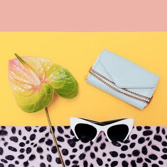 Stagione degli accessori di moda. occhiali da sole alla moda e borsa. tendenza alla vaniglia