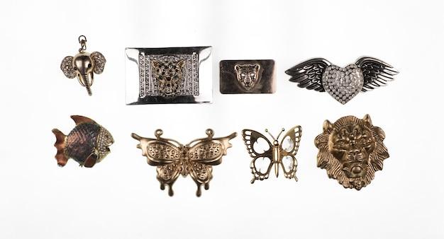 Accessorio moda spilla isolato su bianco farfalla perline lucenti oggetto di moda