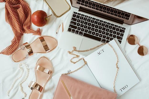 Moda, bellezza, stile di vita blogger freelance home office area di lavoro a letto