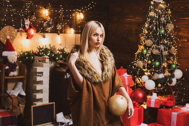 Trucco di moda e bellezza per natale. ragazza sensuale di natale. vacanze di natale e capodanno. buon natale e buone feste.