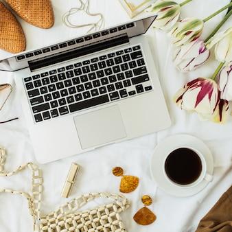 Area di lavoro della scrivania dell'ufficio domestico del blog di moda