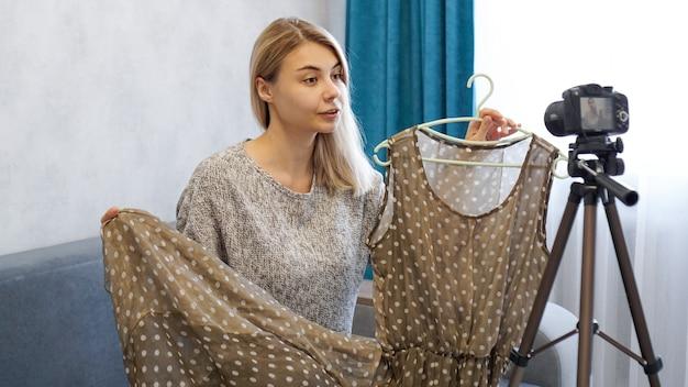 Fashion blogger che registra video per blog
