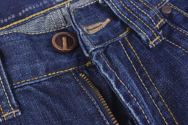 Jeans blu di moda su fondo di legno. avvicinamento.