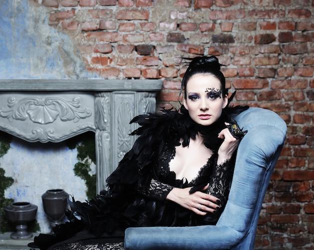 Modello di moda bruna in abito nero