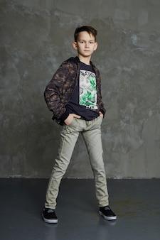 I bambini della moda posano per abiti e abiti primaverili. gioia e divertimento