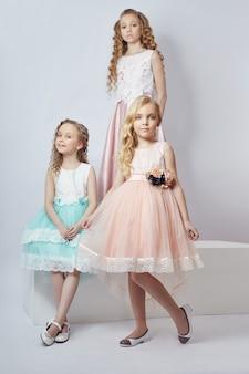 I bambini alla moda posano per abiti e abiti primaverili. gioia e divertimento