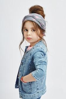 I bambini di moda posano per l'abbigliamento denim primaverile.