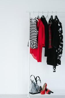 Capi di abbigliamento moda preparati per la creazione di un lookbook. selezione di abbigliamento e accessori alla moda alla moda su bianco.
