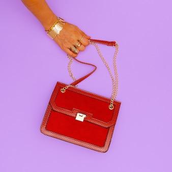 Pochette alla moda e gioielli alla moda. tendenze accessori da donna