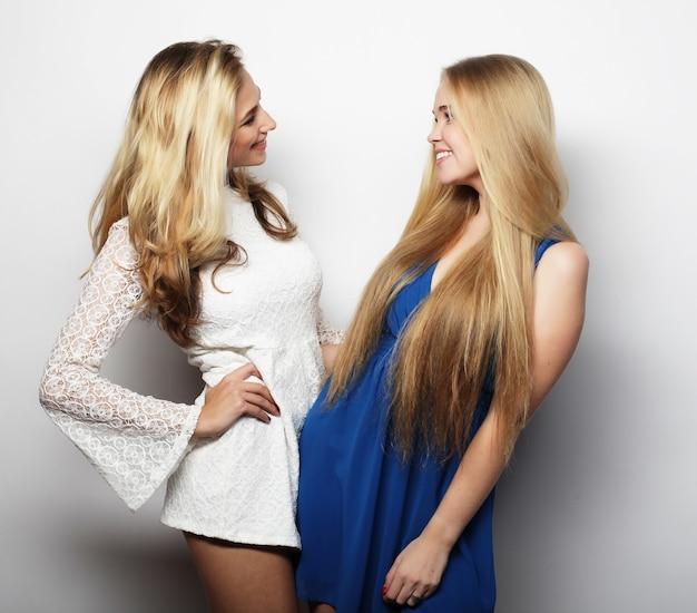 Concetto di moda: due giovani donne sexy in abito estivo