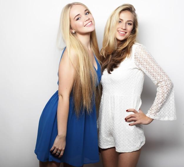 Concetto di moda: due giovani donne in abito di moda estiva