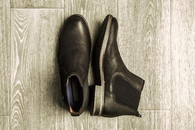 Concetto di moda con scarpe maschili su legno
