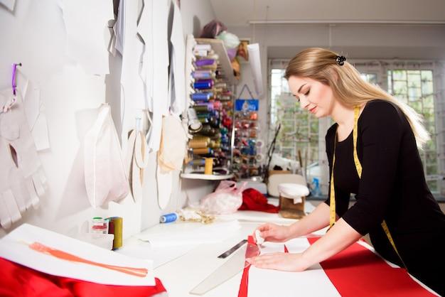 Sarto stilista o fogna in studio officina che progetta nuovi abiti da collezione.
