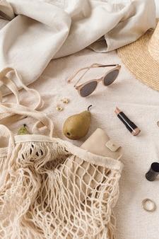 Bigiotteria femminile di moda e composizione di accessori. bellezza, stile di vita, collage di stile casual