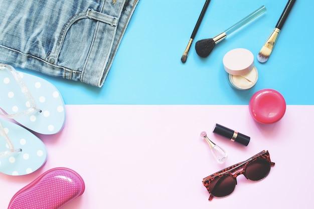 Moda. accessori femminili posizionati piano piano. concetto di colore blu e rosa di moda primavera