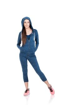 Moda donna adatta in abbigliamento sportivo blu isolato su sfondo bianco