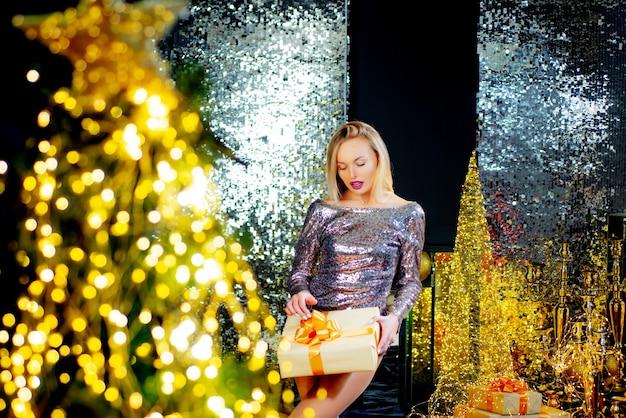 Ragazza alla moda che celebra il giorno del ringraziamento di capodanno e la celebrazione del glamour di natale capodanno