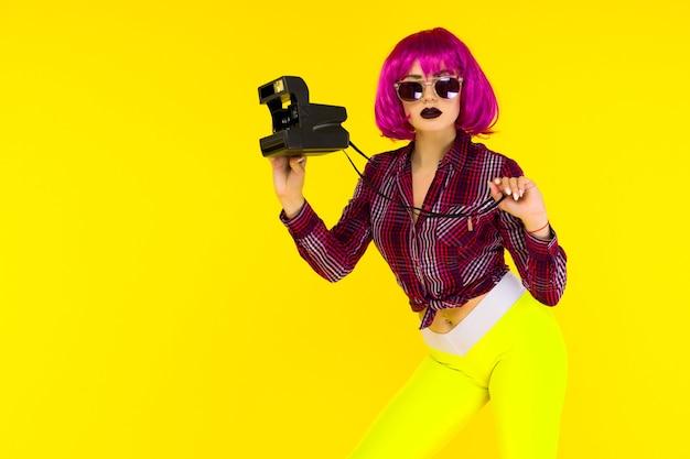 Ritratto di ragazza di moda con la fotocamera