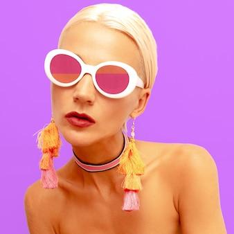 Fashion girl in accessori alla moda estivi. occhiali da sole. girocollo e orecchini trendy